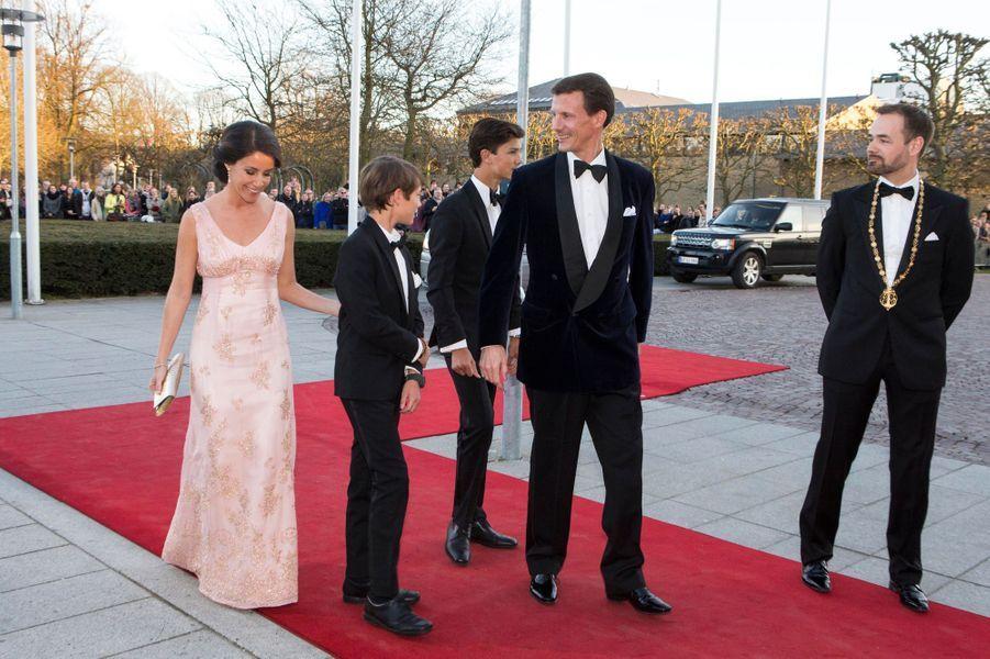 La princesse Marie et le prince Joachim de Danemark avec Nicolai et Félix à Aarhus, le 8 avril 2015