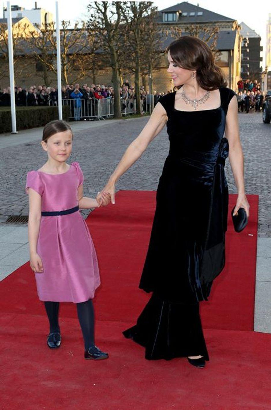 La princesse Mary de Danemark avec Isabella à Aarhus, le 8 avril 2015