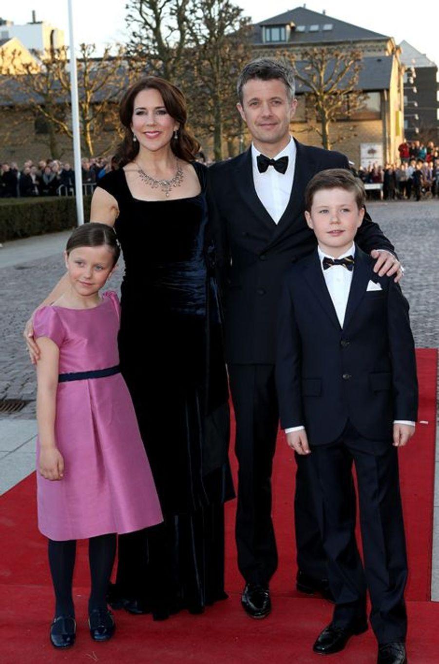 La princesse Mary et le prince Frederik de Danemark avec Christian et Isabella à Aarhus, le 8 avril 2015