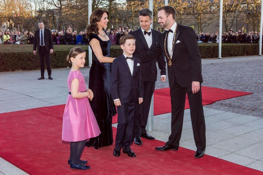 La princesse Mary et le prince Frederik de Danemark avec Christian et Isabella et le maire d'Aarhus, le 8 avril 2015