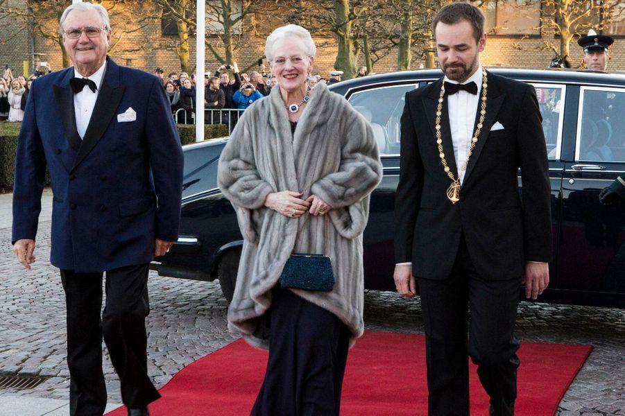 La reine Margrethe II de Danemark et le prince consort Henrik, avec le maire d'Aarhus, le 8 avril 2015
