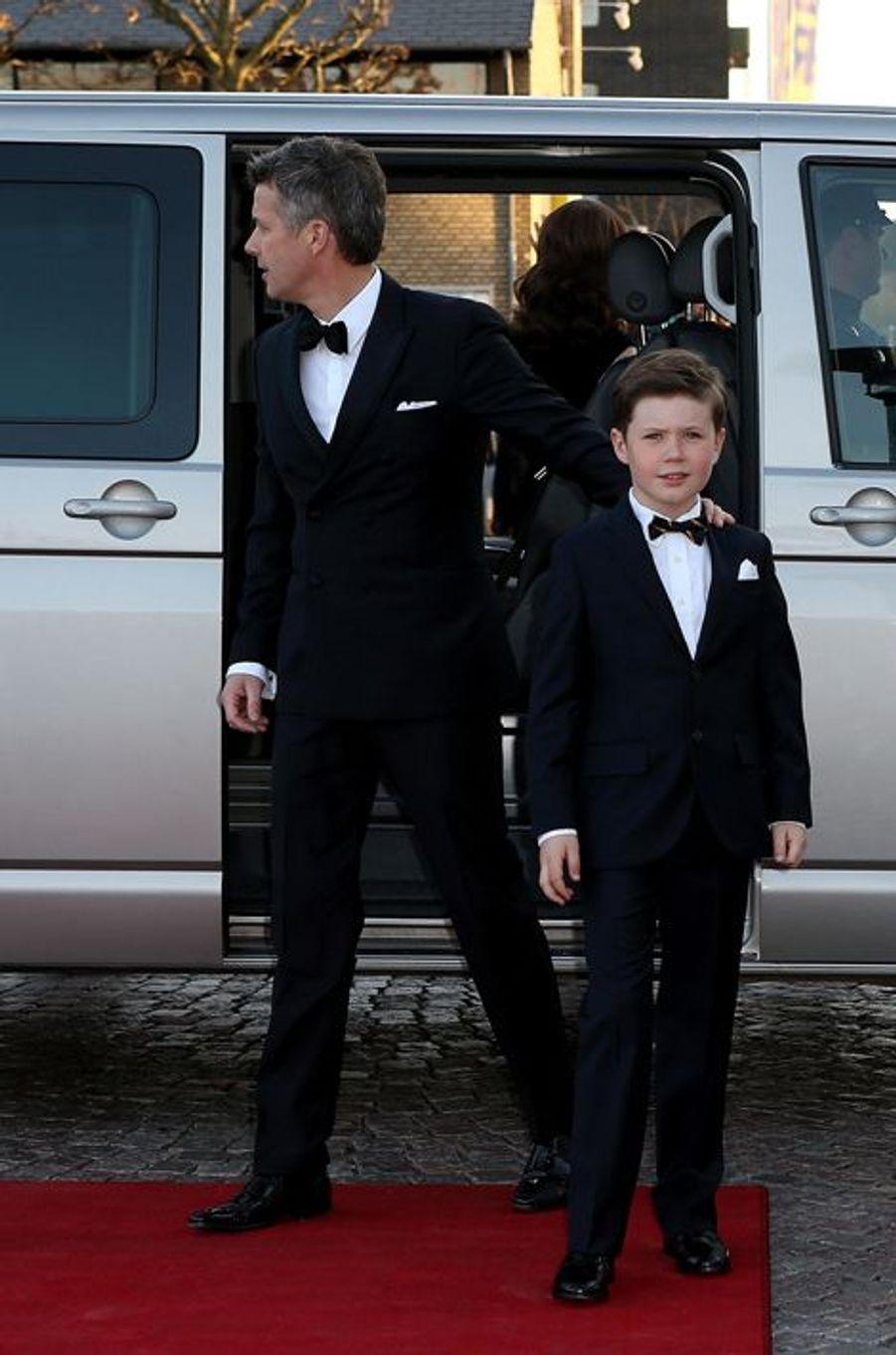 Le prince Frederik de Danemark avec Christian à Aarhus, le 8 avril 2015