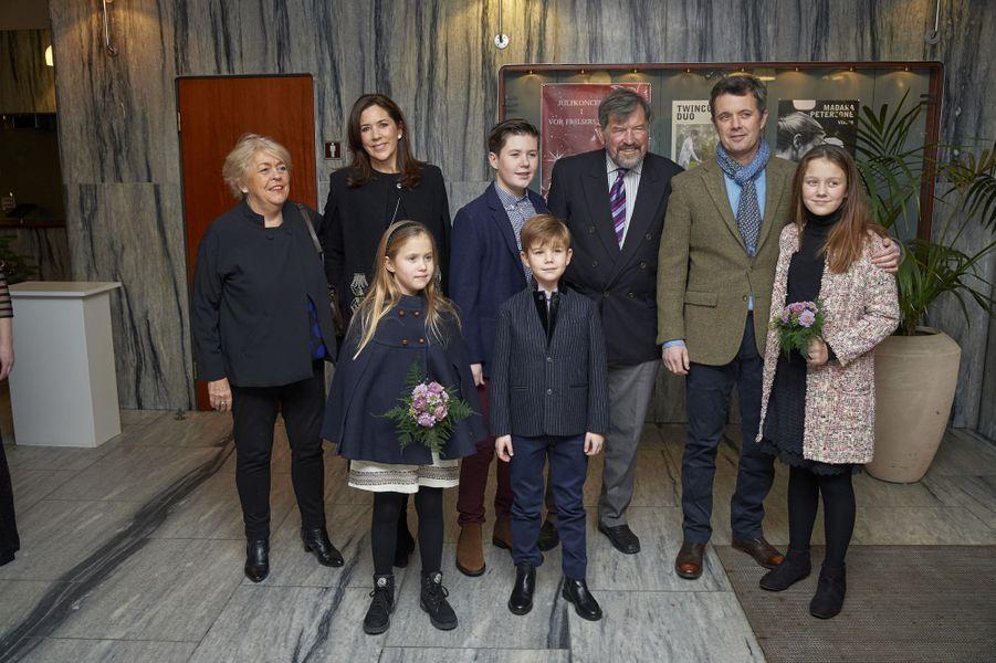 La princesse Mary de Danemark avec le prince Frederik, leurs quatre enfants, et son père et sa belle-mère à Copenhague, le 8 décembre 2018