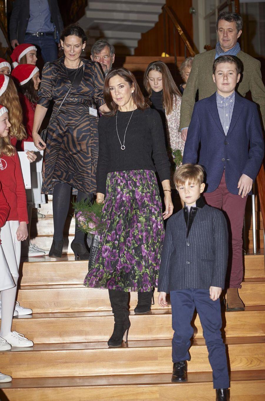 La princesse Mary de Danemark avec le prince Frederik, leurs quatre enfants, et John et Susan Donaldson à Copenhague, le 8 décembre 2018