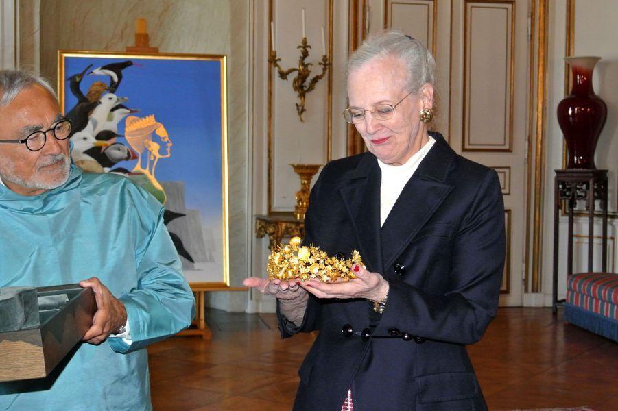 La reine Margrethe II de Danemark a reçu le diadème Naasut, cadeau du Groenland, le 12 juin 2012