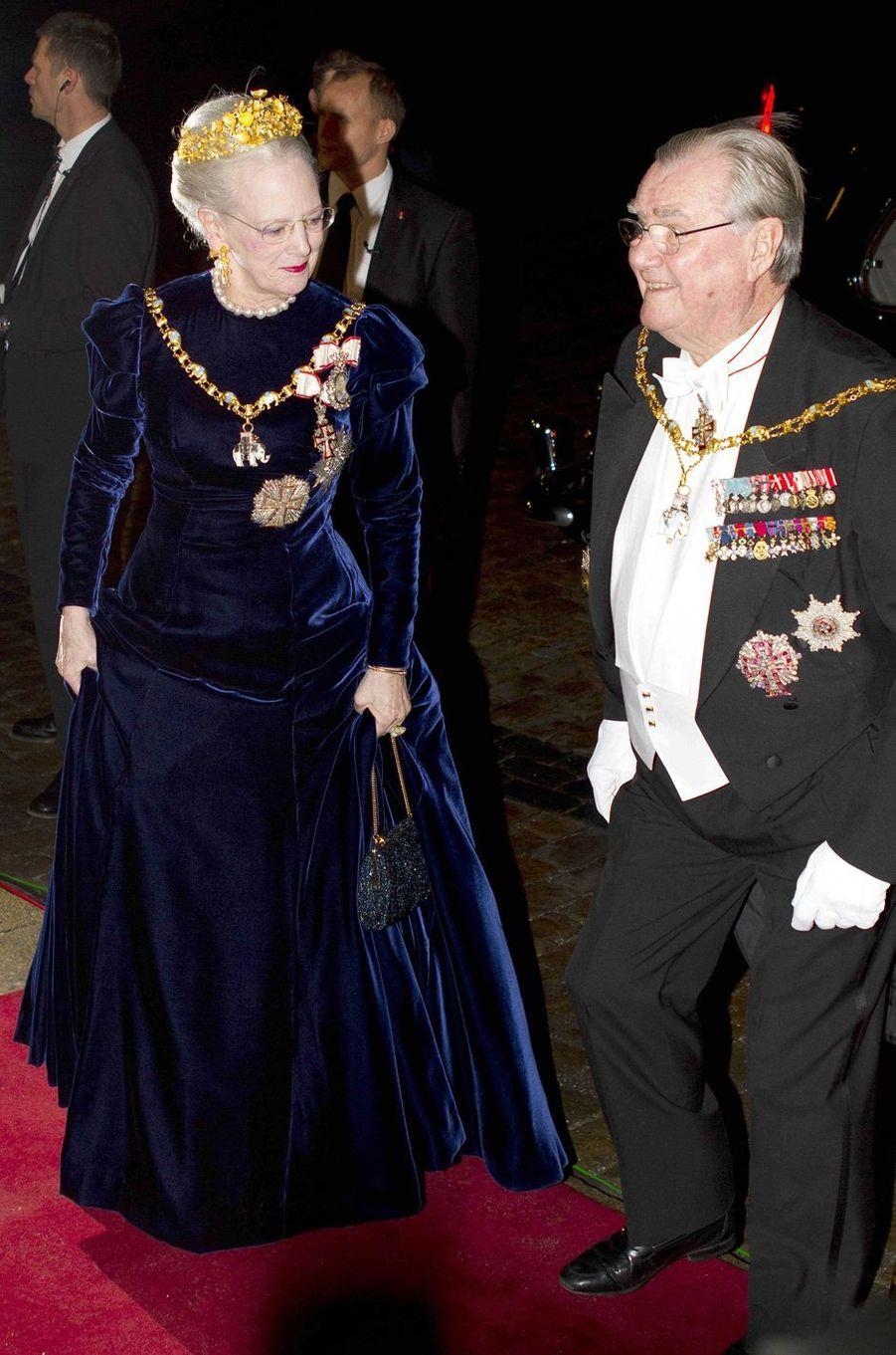La reine Margrethe II de Danemark coiffée de son diadème Naasut, avec le prince consort Henrik, le 1er janvier 2013