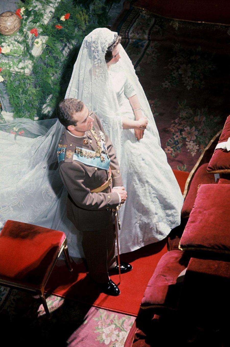 La princesse Sophie de Grèce, dans sa robe de Jean Dessès, et Don Juan Carlos d'Espagne à Athènes, le 14 mai 1962
