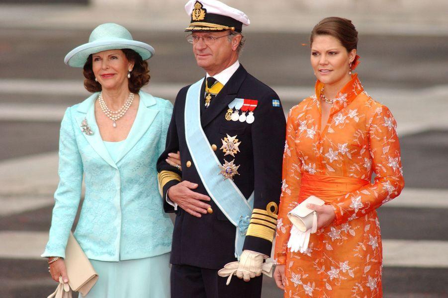 La reine Silvia et le roi Carl XVI Gustaf de Suède avec la princesse Victoria à Madrid, le 22 mai 2004