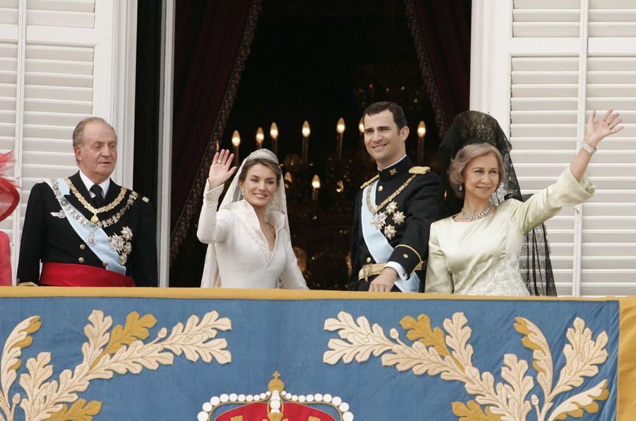 Letizia Ortiz et le prince Felipe d'Espagne avec le roi Juan Carlos et la reine Sofia à Madrid, le 22 mai 2004