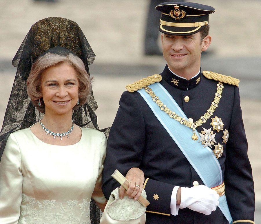 Le prince Felipe d'Espagne au bras de sa mère la reine Sofia à Madrid, le 22 mai 2004