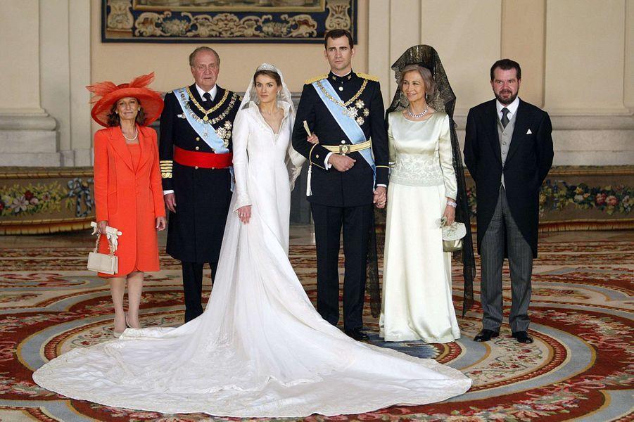 Letizia Ortiz et le prince Felipe d'Espagne avec leurs parents le jour de leur mariage à Madrid, le 22 mai 2004