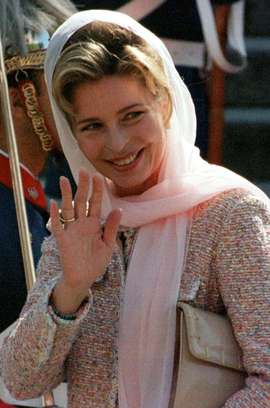 La reine Noor de Jordanie au mariage de l'infante Cristina d'Espagne et de Inaki Urdangarin, à Barcelone le 4 octobre 1997