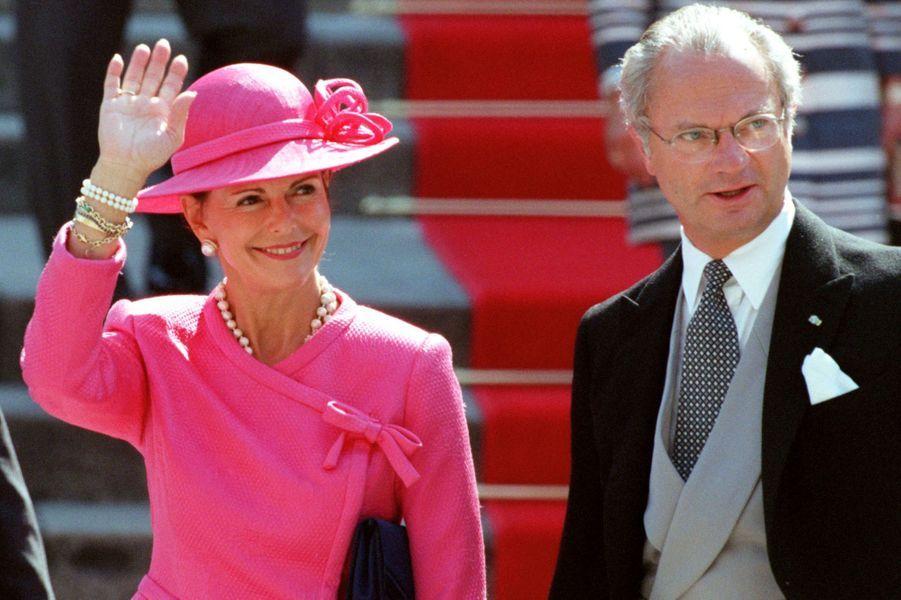 Le roi Carl XVI Gustaf de Suède et la reine Silvia au mariage de l'infante Cristina d'Espagne et de Inaki Urdangarin, à Barcelone le 4 octobre 1997