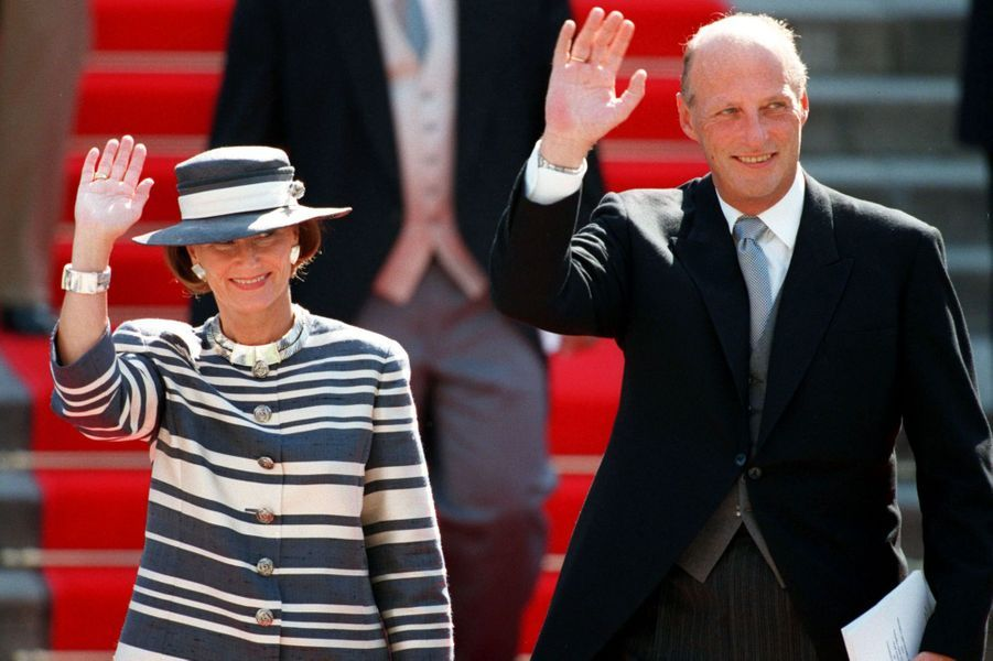 Le roi Harald V de Norvège et la reine Sonja au mariage de l'infante Cristina d'Espagne et de Inaki Urdangarin, à Barcelone le 4 octobre 1997