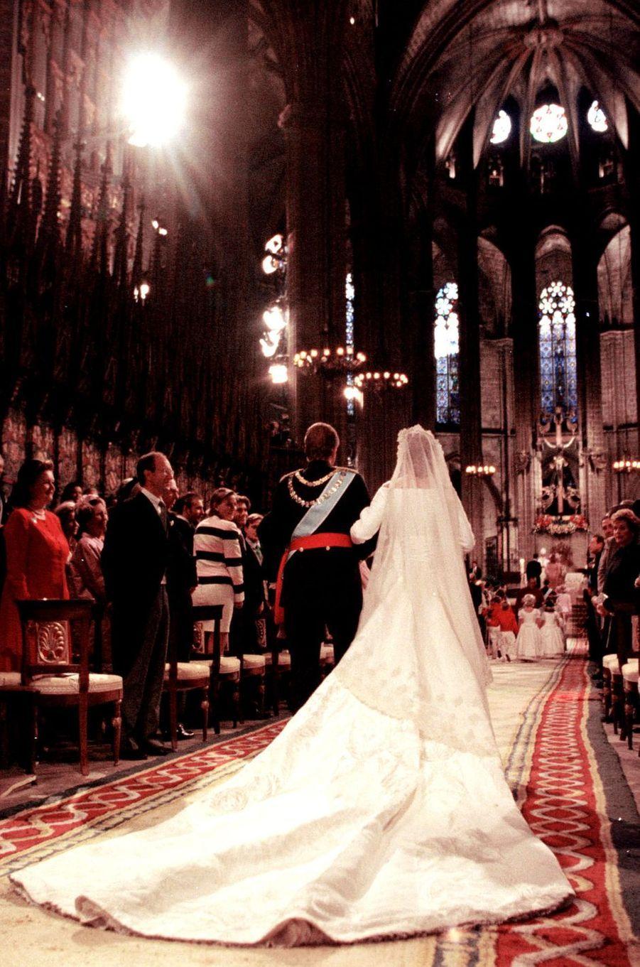 L'infante Cristina d'Espagne le jour de son mariage avec son père le roi Juan Carlos, à Barcelone le 4 octobre 1997