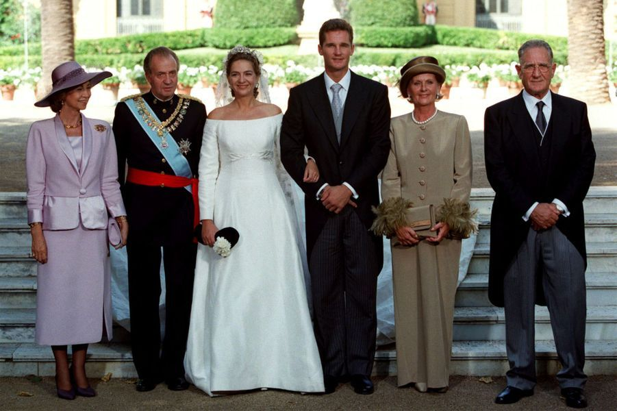 L'infante Cristina d'Espagne et Inaki Urdangarin le jour de leur mariage, posant avec leurs parents, à Barcelone le 4 octobre 1997