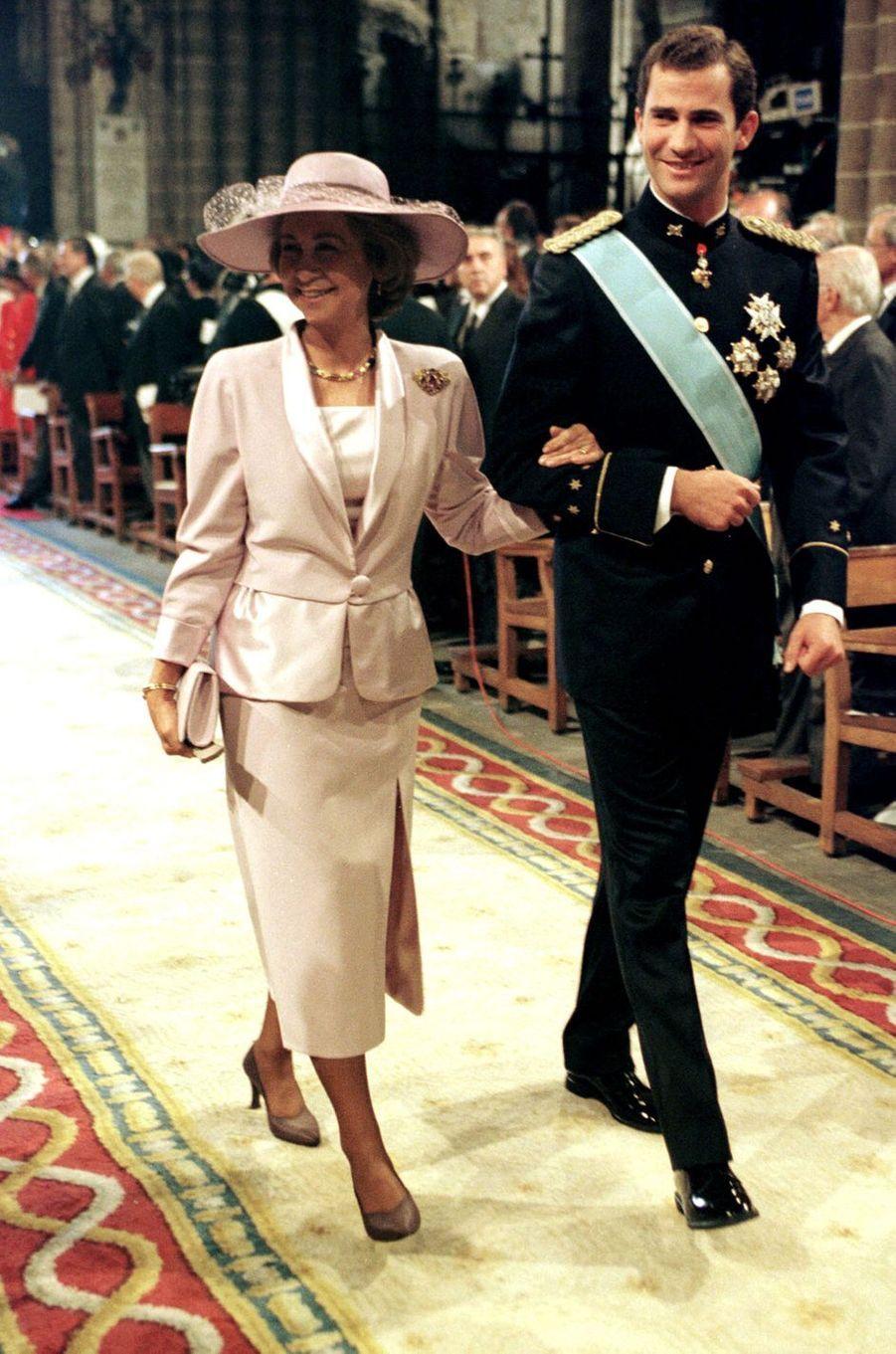 La reine Sofia d'Espagne et son fils le prince Felipe au mariage de l'infante Cristina d'Espagne et de Inaki Urdangarin, à Barcelone le 4 octobre 1997
