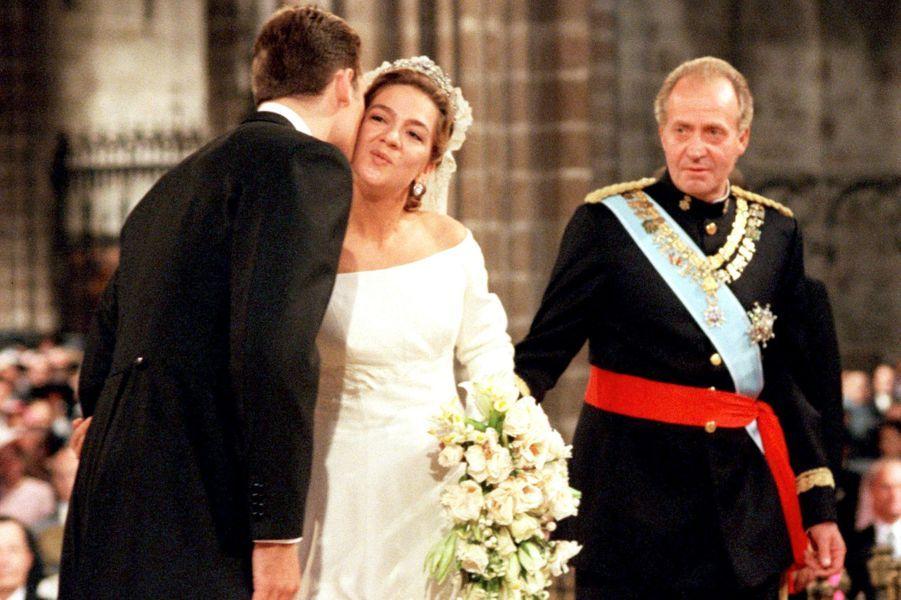 L'infante Cristina d'Espagne avec son père le roi Juan Carlos et son fiancé Inaki Urdangarin, à Barcelone le 4 octobre 1997