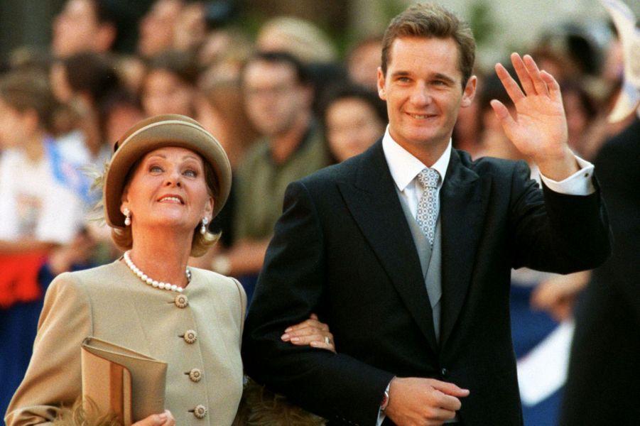 Inaki Urdangarin au bras de sa mère le jour de son mariage avec l'infante Cristina d'Espagne, à Barcelone le 4 octobre 1997