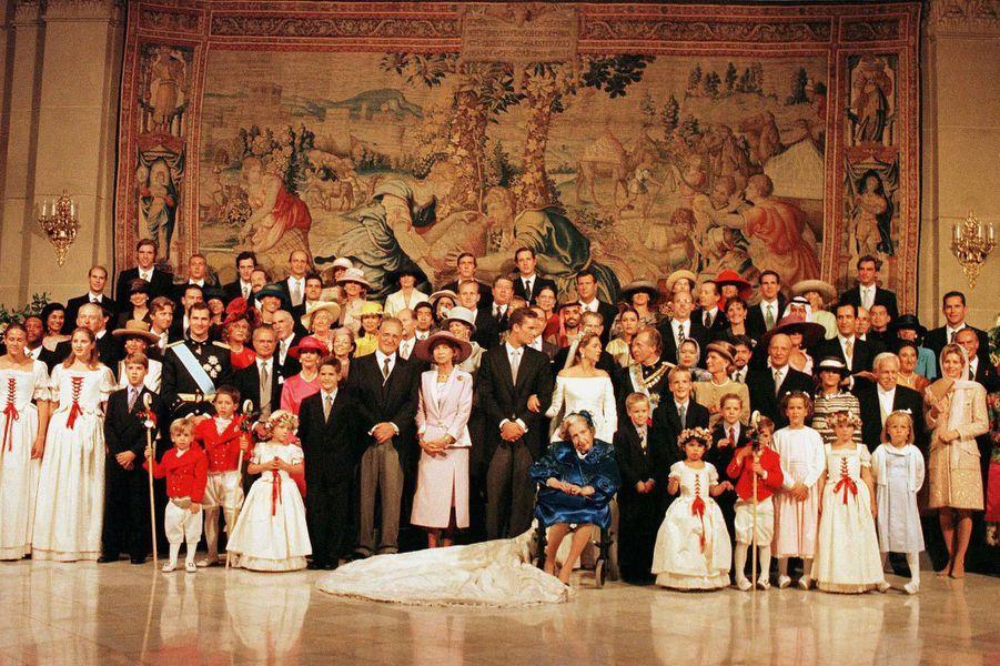 La photo officielle du mariage de l'infante Cristina et de Inaki Urdangarin célébré à Barcelone le 4 octobre 1997