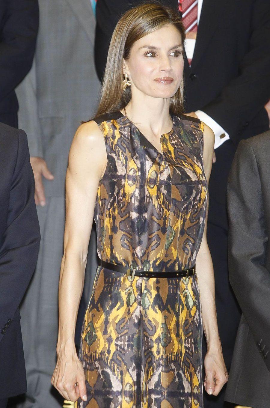La reine Letizia, électrique en cuivre, à Madrid, le 27 juillet 2016