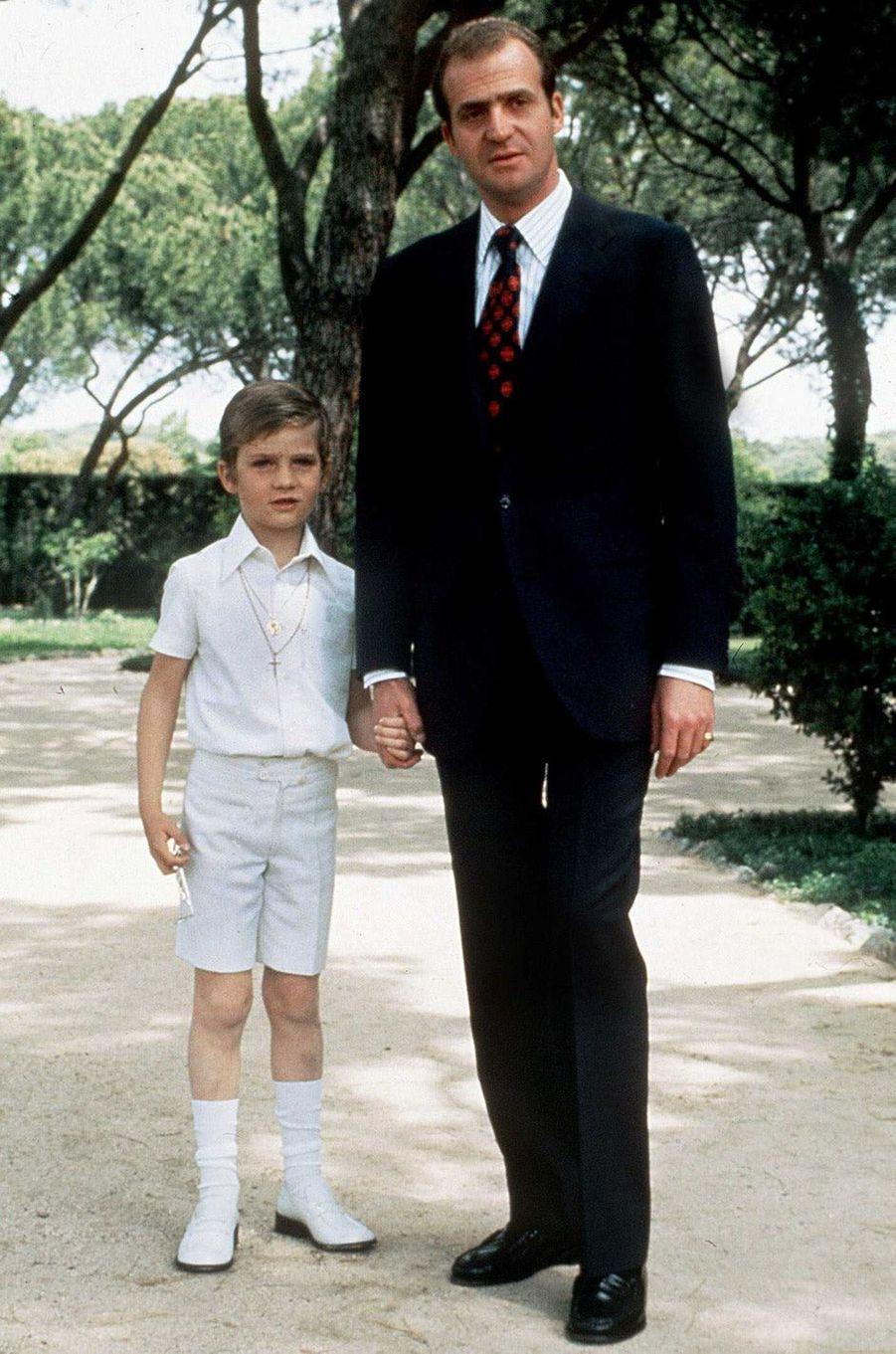 Le prince Felipe d'Espagne avec son père, le 30 janvier 1975