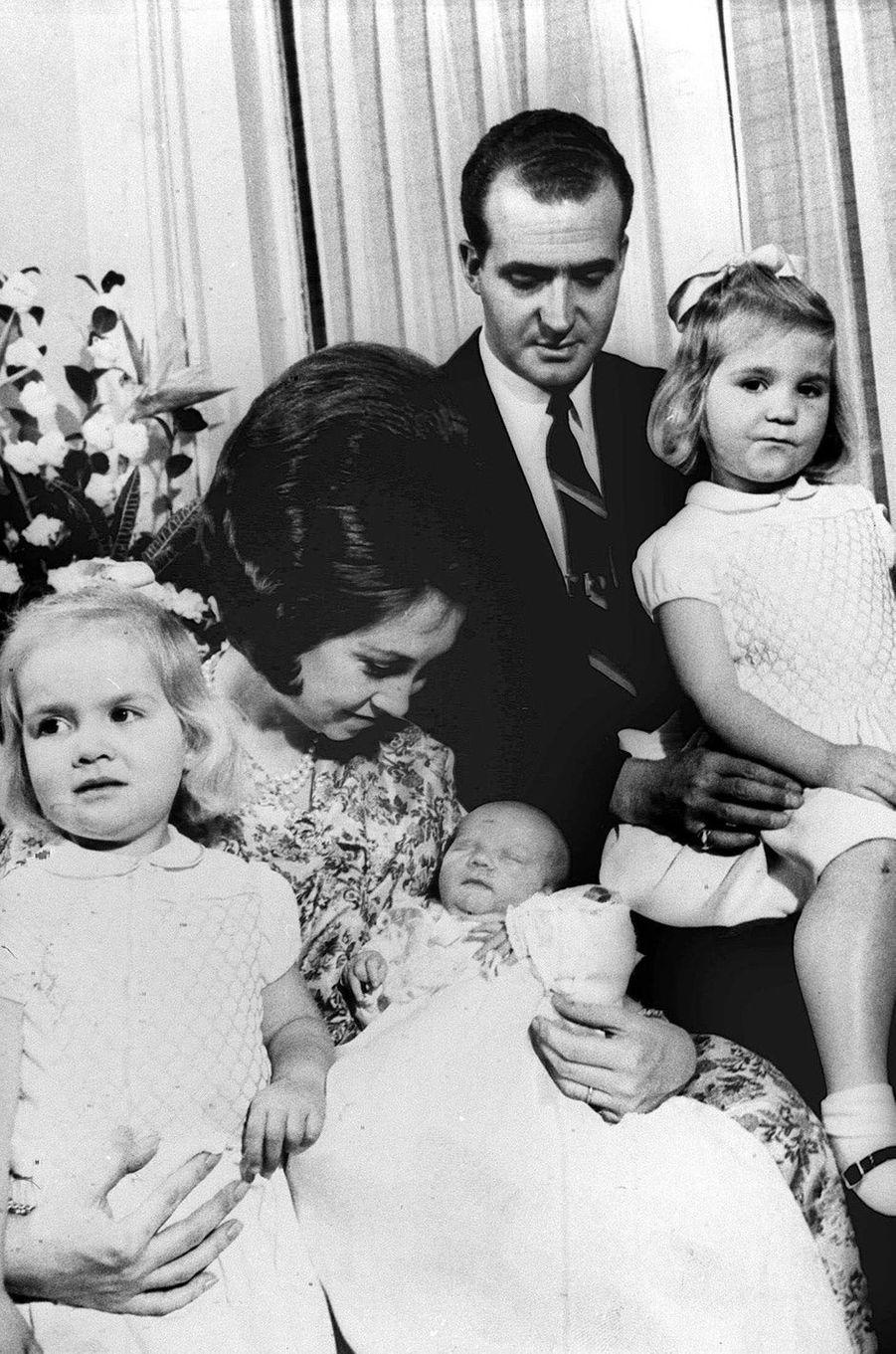 Le prince Felipe d'Espagne avec ses parents et ses soeurs, le 30 janvier 1968, jour de sa naissance