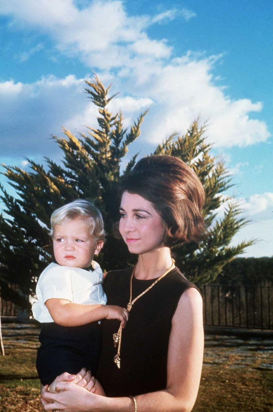 Le prince Felipe d'Espagne avec sa mère, le 18 décembre 1969