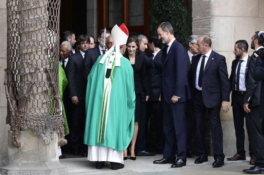Le roi Felipe VI d'Espagne et son épouse Letizia s'entretiennent avec le cardinalJoan Josep Omella.