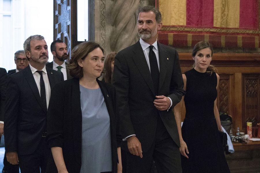 Le couple royal, Felipe VI d'Espagne et son épouse Letizia, accompagné à son arrivée de la maire de Barcelone, Ada Colau.