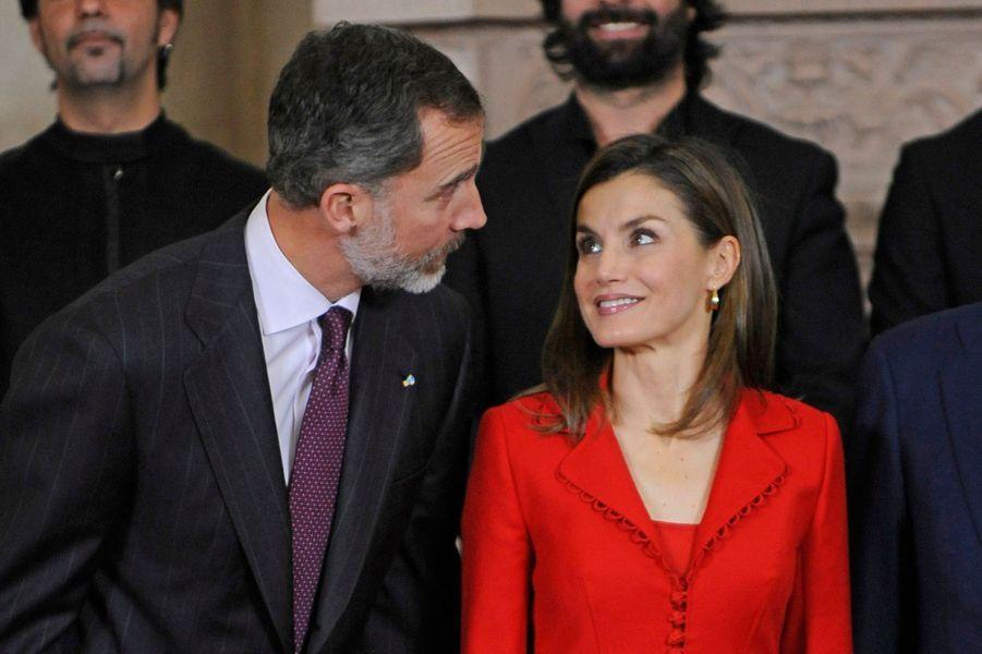 La reine Letizia regarde avec beaucoup d'amour son mari le roi Felipe VI d'Espagne à Madrid, le 30 janvier 2017