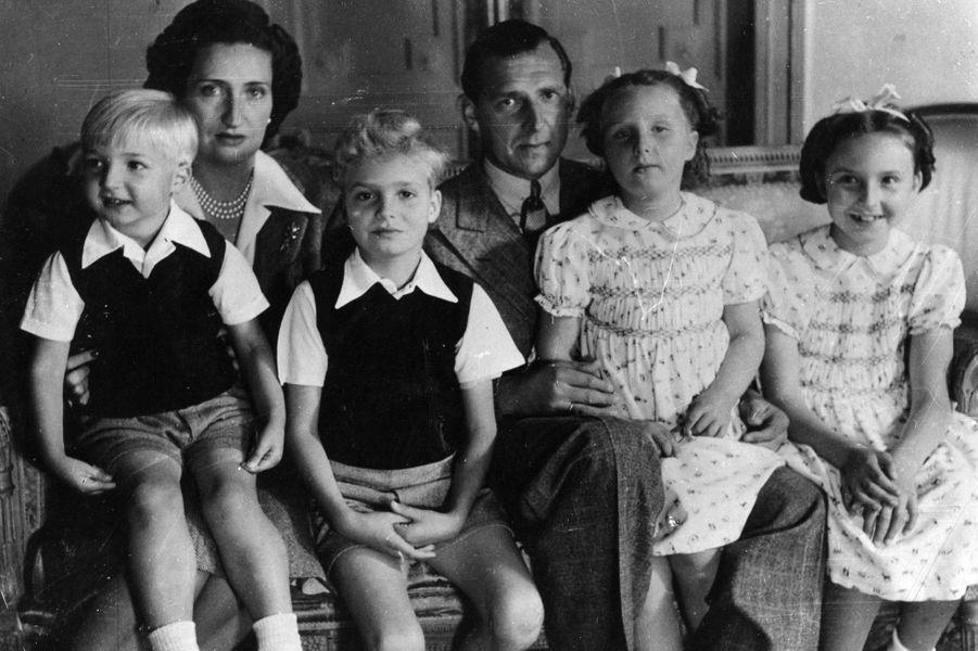 Le prince Juan avec sa femme et leurs quatre enfants en exil en Suisse le 15 août 1945
