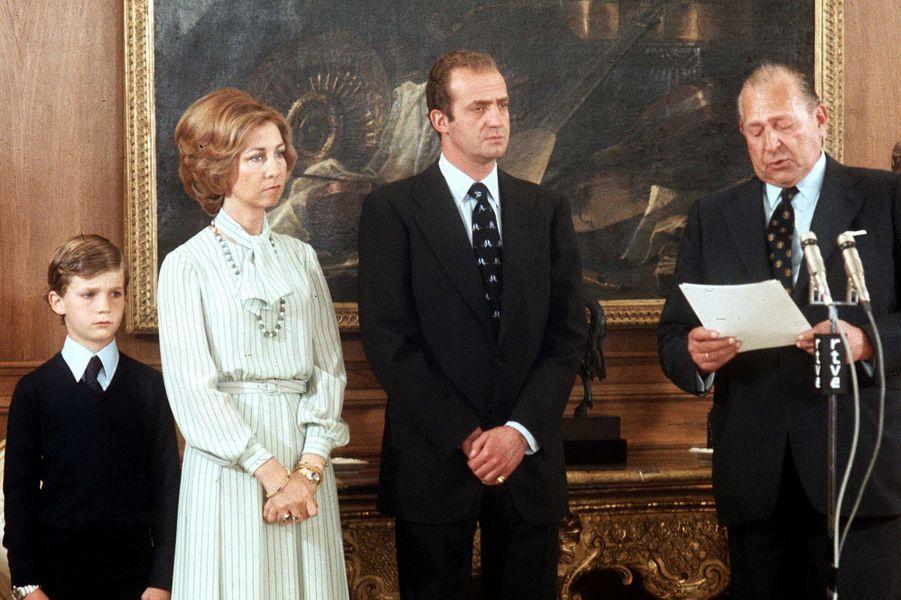 Le comte de Barcelone cède ses droits dynastiques à son fils le roi Juan Carlos, en présence de la reine Sofia et du prince Felipe, le 14 juillet 1977