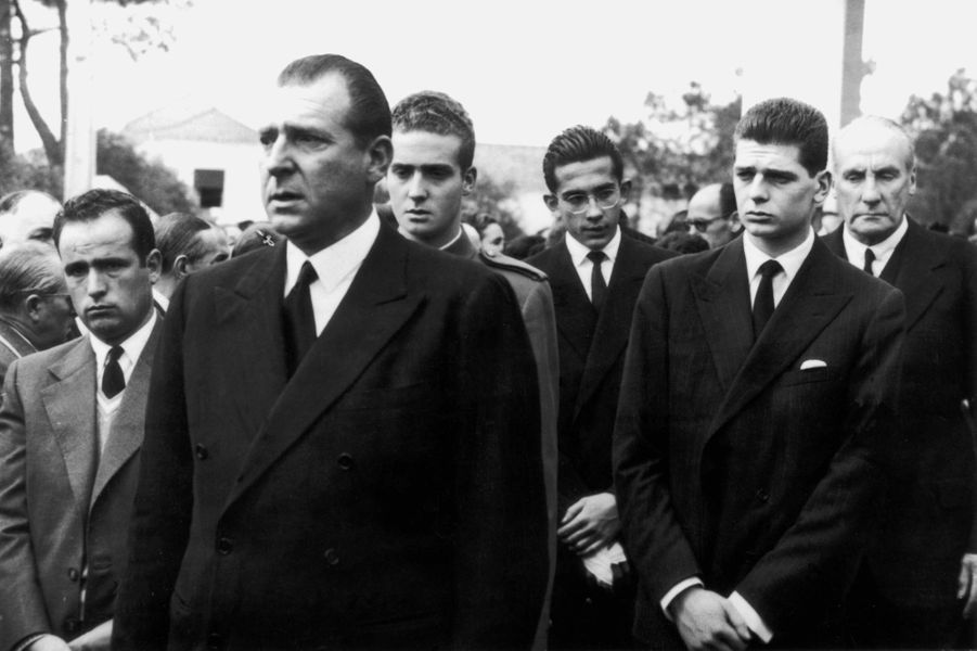 Le prince Juan aux funérailles de son fils l'infant Alfonso le 2 avril 1956. Derrière lui, le prince Juan Carlos.
