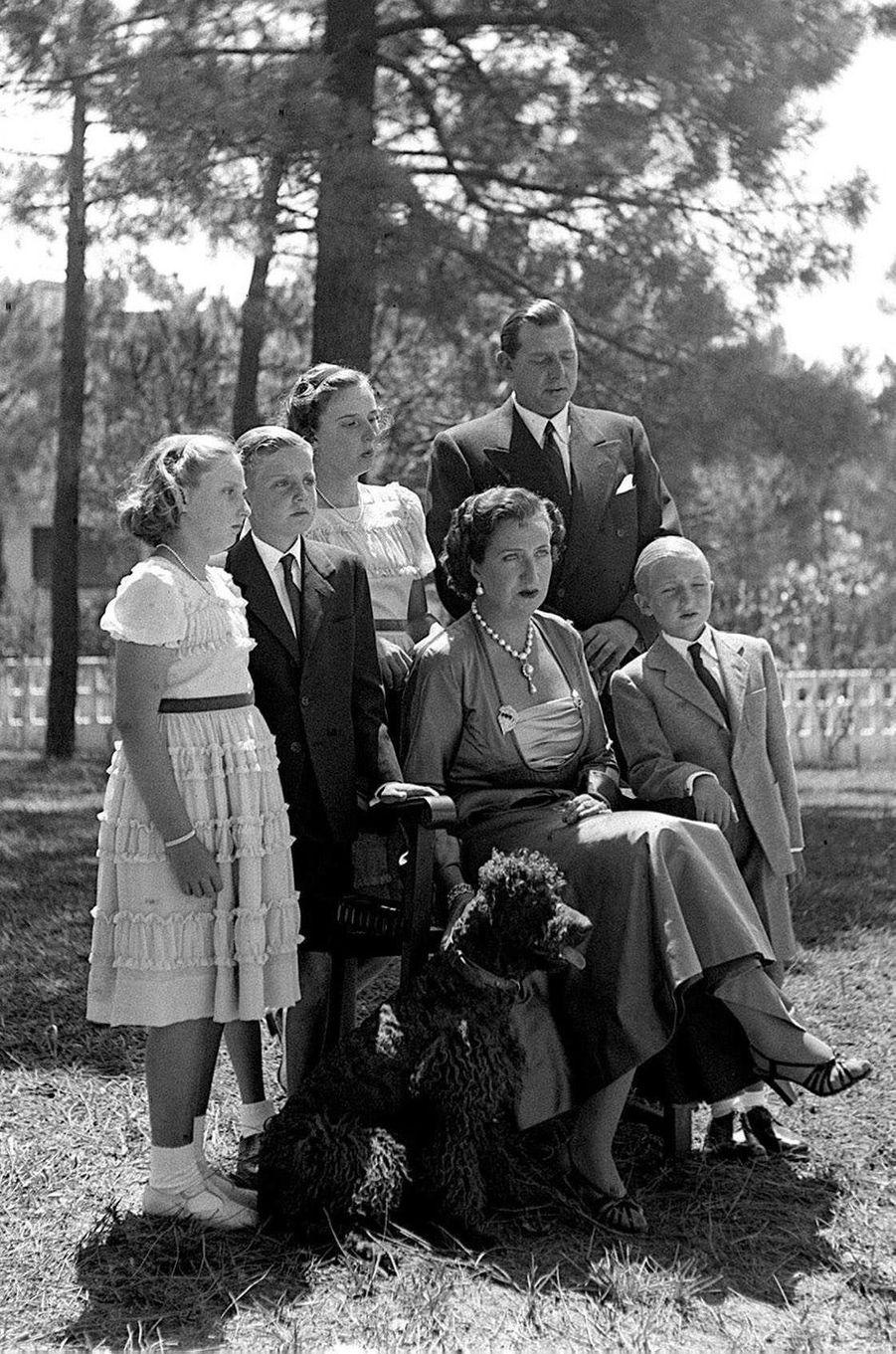 Le prince Juan et la princesse Maria de la Mercedes avec leurs quatre enfants à Estoril au Portugal, le 1er août 1949