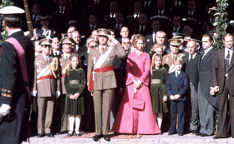 Le roi Juan Carlos d'Espagne, la reine Sofia et leurs enfants, à Madrid, le 22 novembre 1975