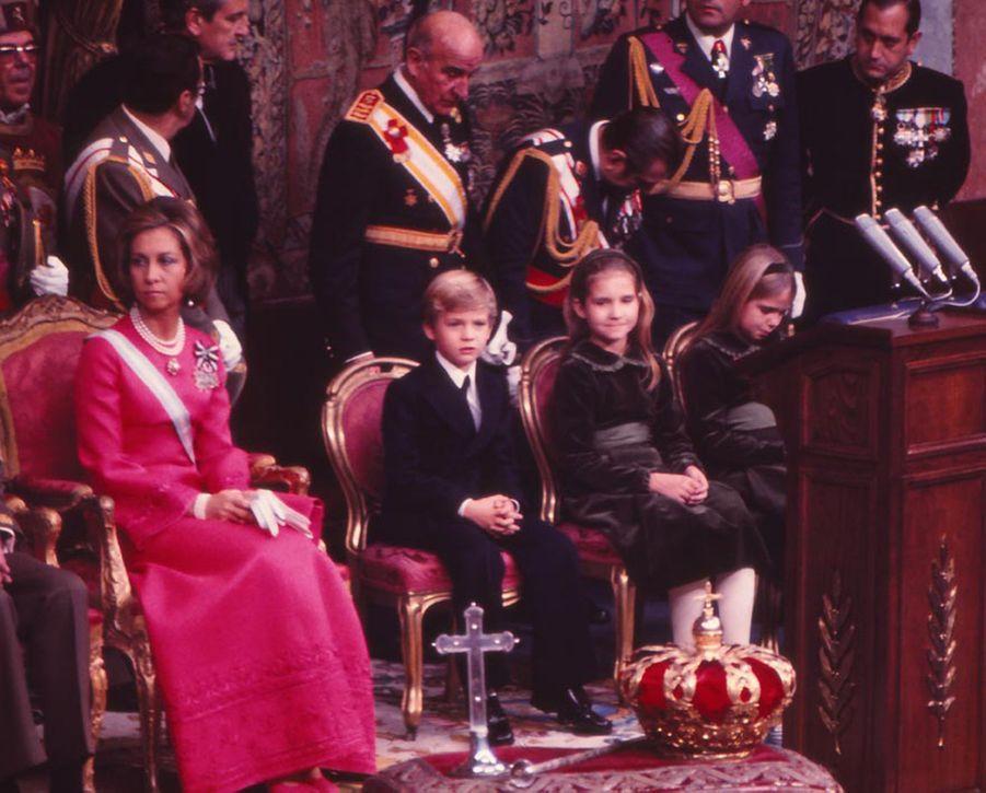 La reine Sofia d'Espagne et ses enfants, à Madrid, le 22 novembre 1975