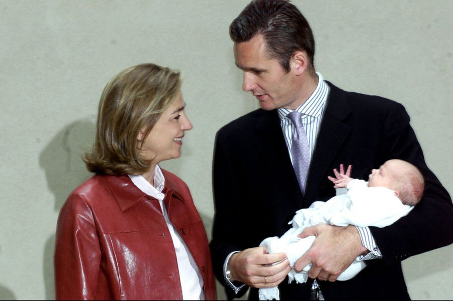 Inaki Urdangarin et la princesse Cristina d'Espagne avec Miguel, leur troisième fils, le 3 mai 2002