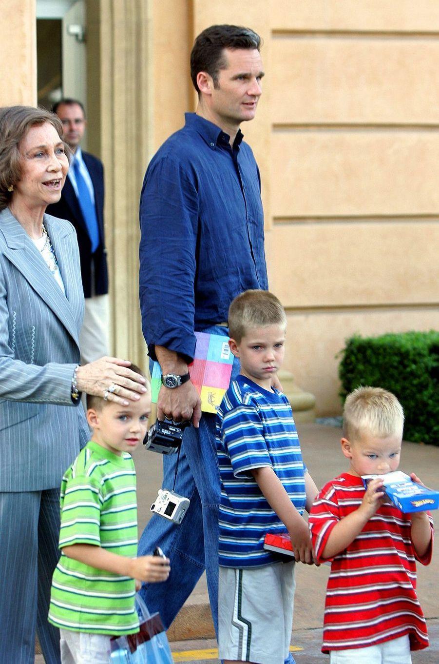 Inaki Urdangarin avec ses trois fils et la reine Sofia d'Espagne, le 5 juin 2005