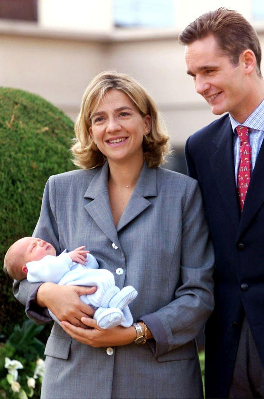 Inaki Urdangarin et la princesse Cristina d'Espagne avec Juan, leur premier enfant, le 1er octobre 1999