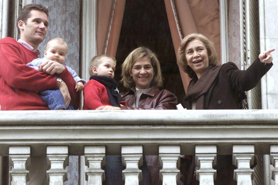 Inaki Urdangarin et la princesse Cristina d'Espagne, avec leurs deux premiers fils et la reine Sofia, le 4 novembre 2001