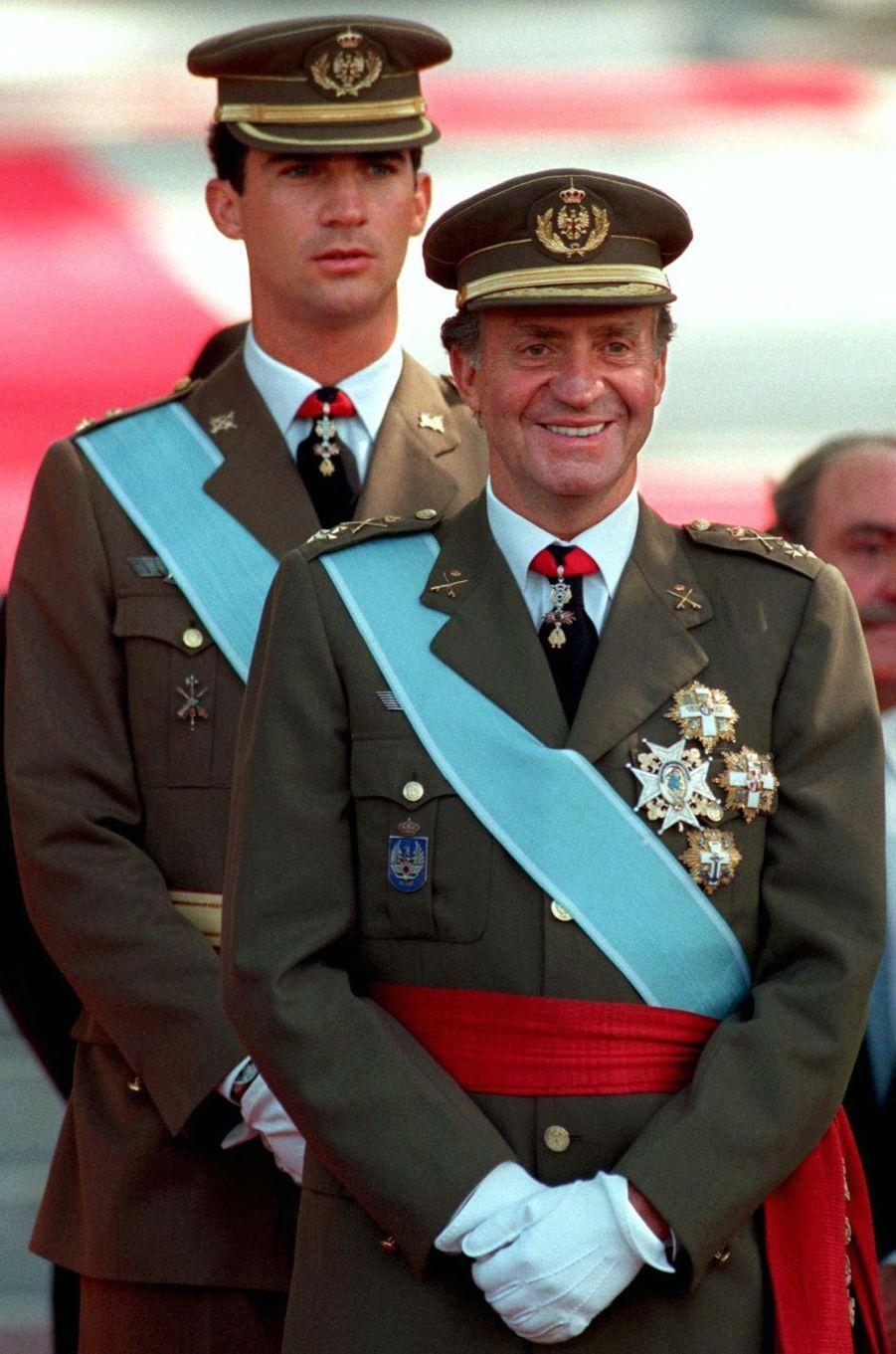 Le roi Juan Carlos Ier d'Espagne et son fils le prince Felipe, le 12 octobre 1995