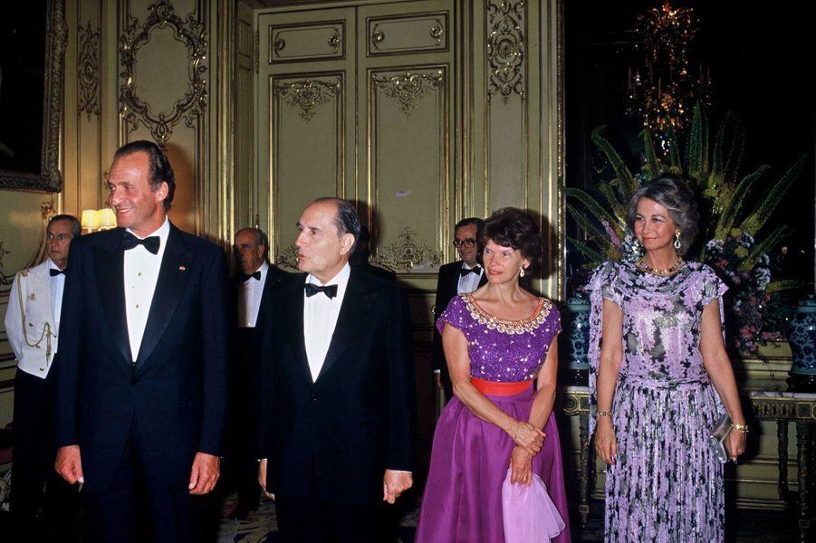 Le roi Juan Carlos Ier d'Espagne et la reine Sofia avec François et Danielle Mitterrand, le 9 juillet 1985