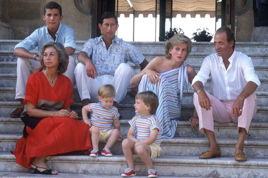 Le roi Juan Carlos Ier d'Espagne, la reine Sofia et le prince Felipe avec le prince Charles, la princesse Diana et les princes William et Harry, le 9 août 1986