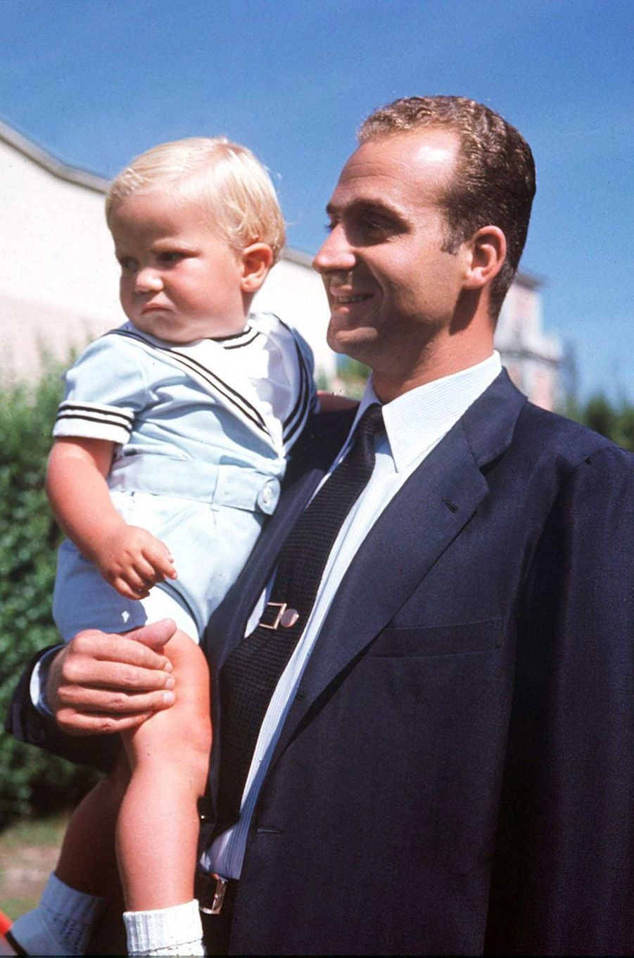 Le prince Juan Carlos d'Espagne avec le prince Felipe en 1969