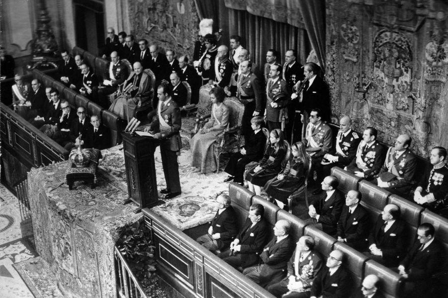 Le roi Juan Carlos Ier d'Espagne le 22 novembre 1975, jour où il a été proclamé roi