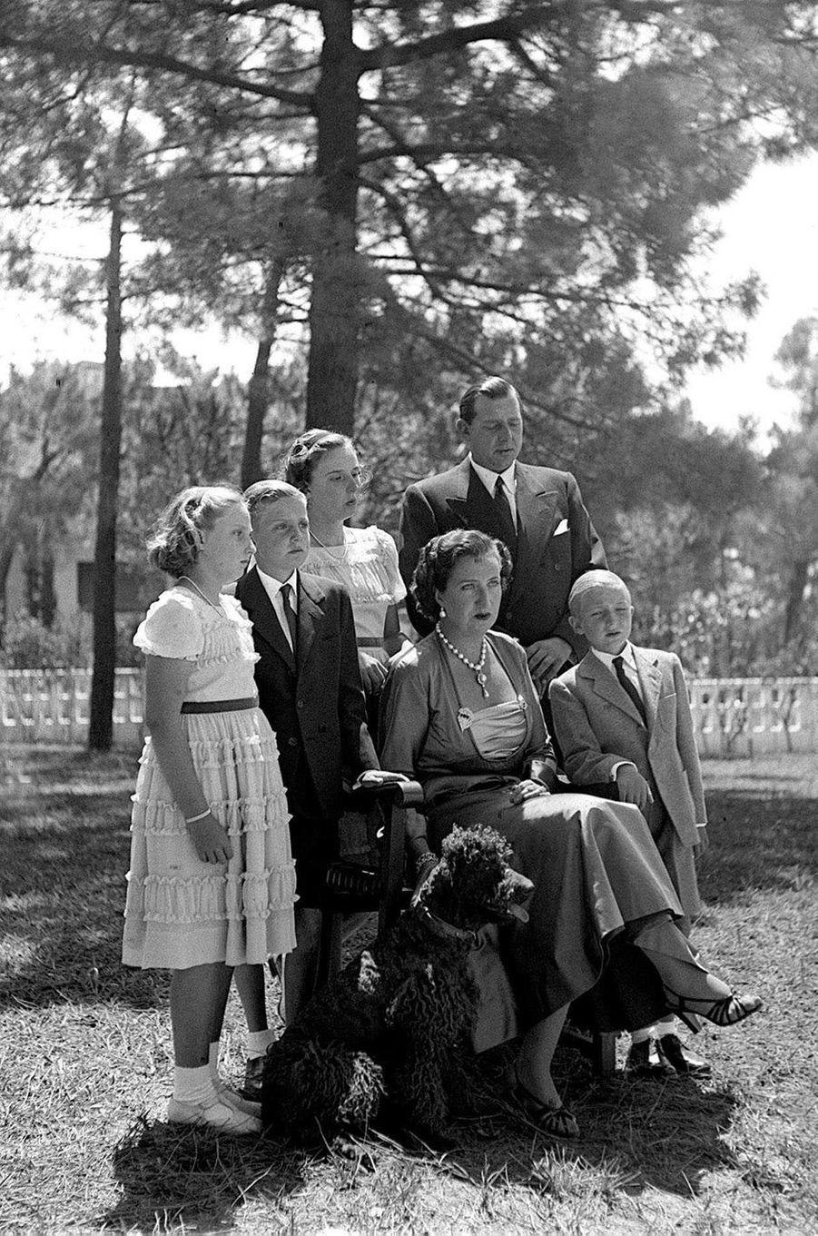 Le prince Juan Carlos d'Espagne (2e depuis la gauche) avec ses parents, ses soeurs Margarita et Pilar et son frère Alfonso, le 1er août 1949