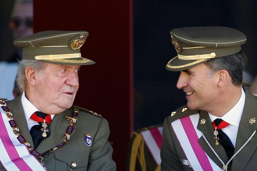 Le roi Juan Carlos Ier d'Espagne et son fils le prince Felipe, le 3 juin 2014