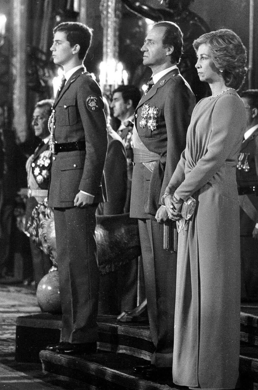 Le roi Juan Carlos Ier d'Espagne, la reine Sofia et le prince Felipe, le 6 janvier 1986