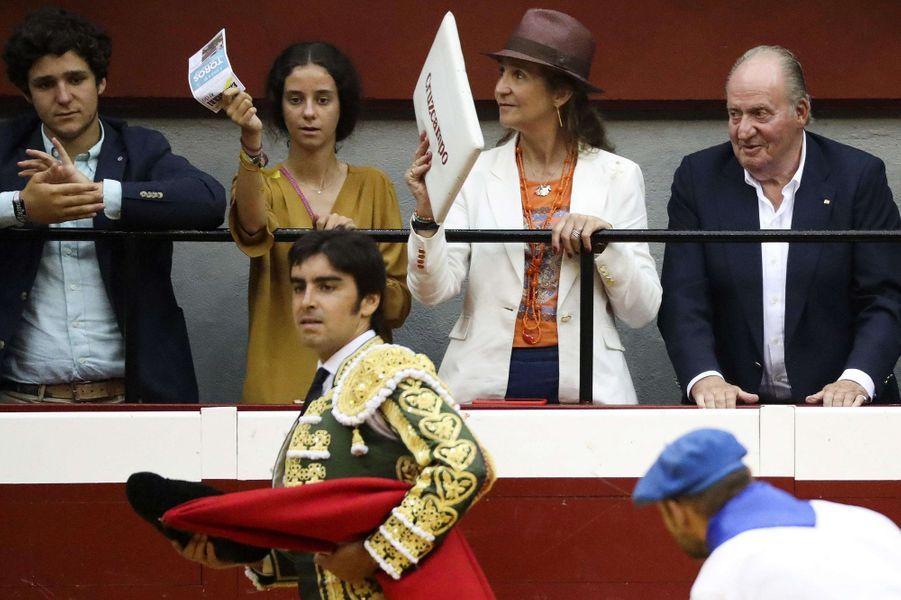 L'ex-roi Juan Carlos d'Espagne avec sa fille aînée la princesse Elena et ses deux enfants, le 15 août 2017